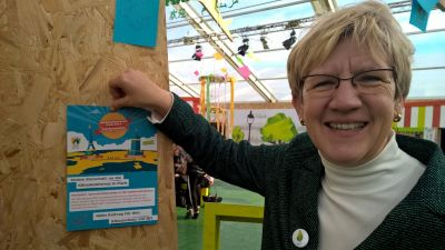 COP 20 in Paris_Mayor Mrs. Kubala with 450 climate messages from Mannheim; Source: City of Mannheim